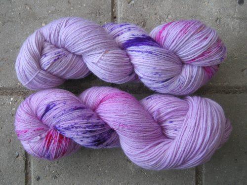 garnyarn-haandfarvet-garn-tynd-merinould-nylon-superwash-stroempegarn-syren-lilla