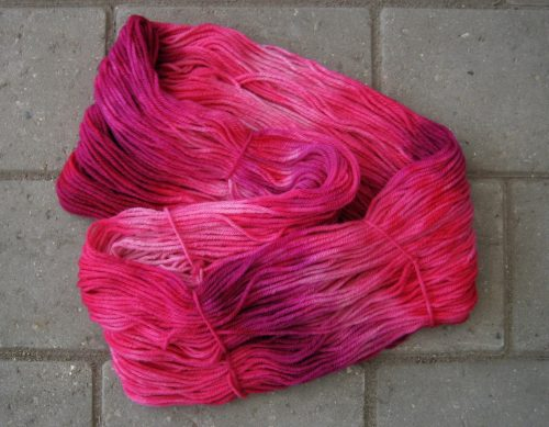 garnyarn-håndfarvet-garn-mellem-merinould-baeredygtig-lyseroed-pink-blomme