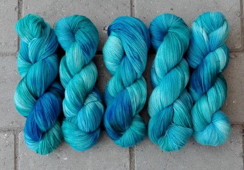 garnyarn-håndfarvet-garn-tynd-merinould-fingering-baeredygtig-blaa-groen