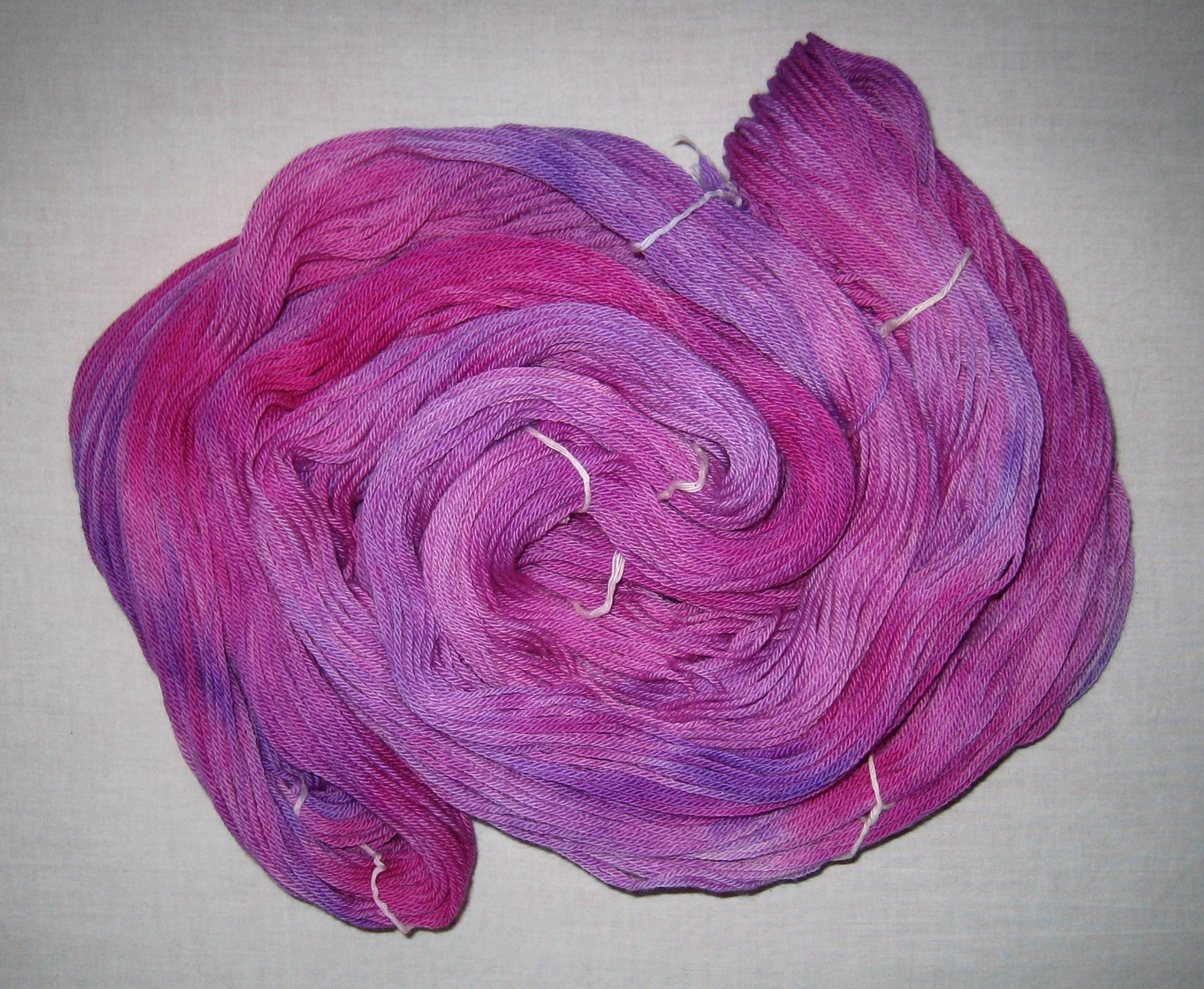 garnyarn-håndfarvet-garn-mellem-merinould-baeredygtig-magenta-lilla