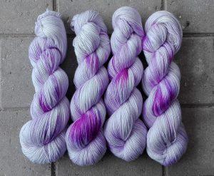 garnyarn-haandfarvet-garn-speckles-tynd-merino-uld-superwash-mulberry-silke-krokus-lilla