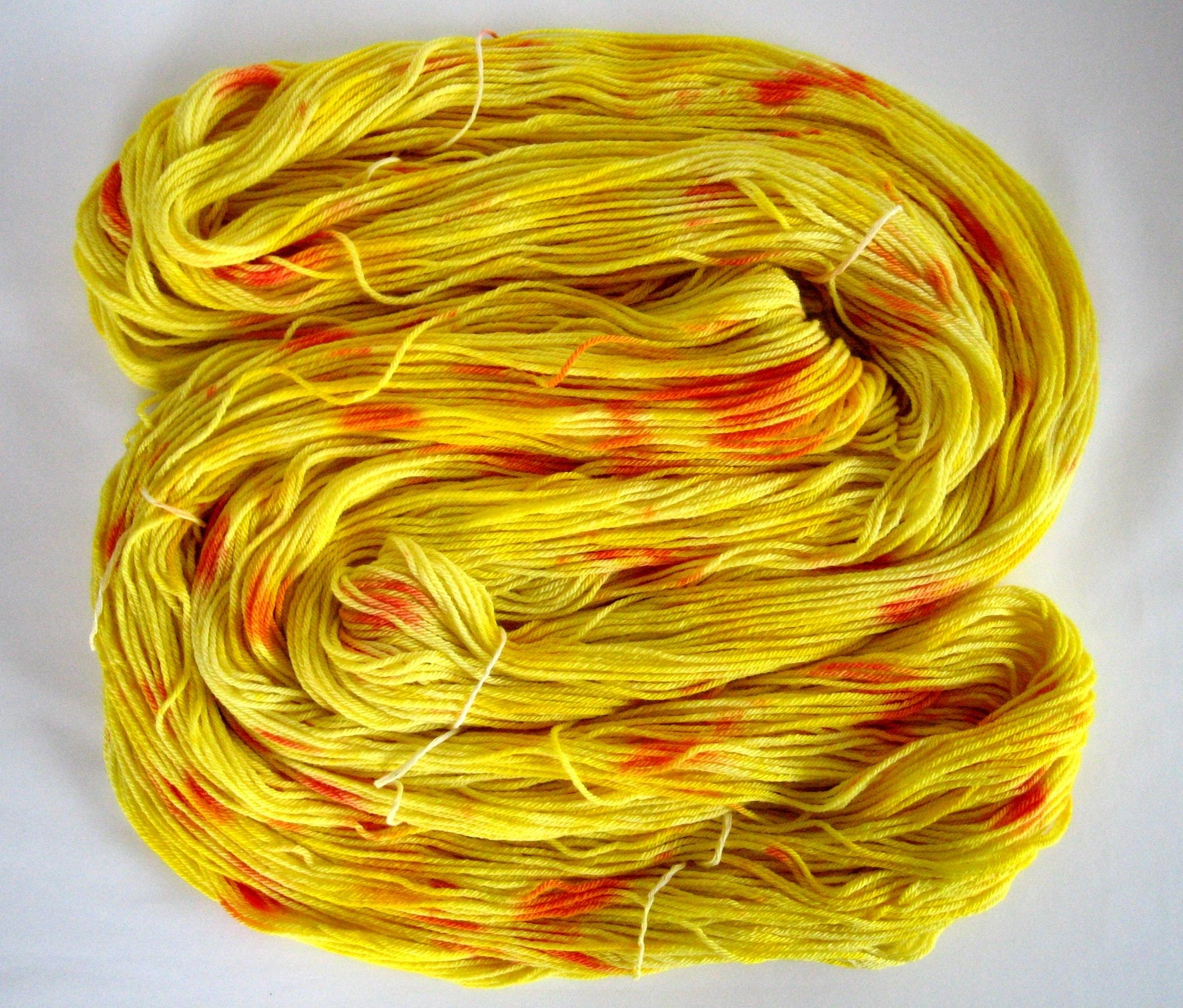 garnyarn-håndfarvet-garn-mellem-merinould-baeredygtig-gul