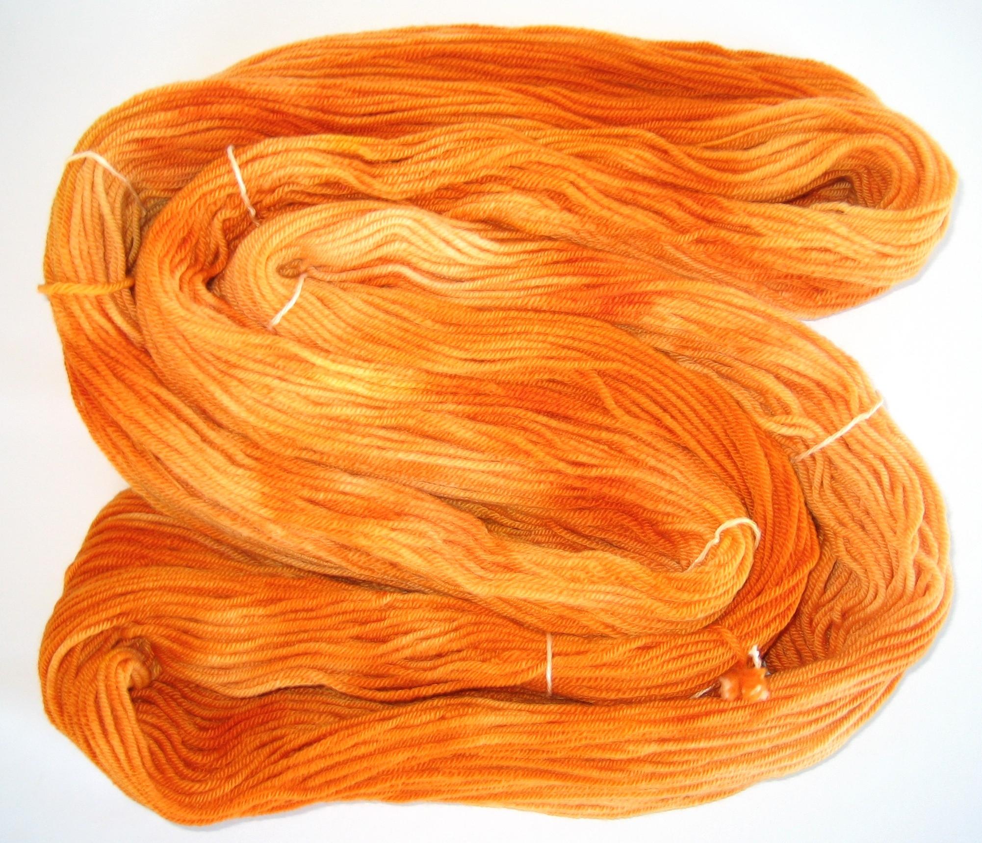 garnyarn-håndfarvet-garn-mellem-merinould-baeredygtig-varm-orange