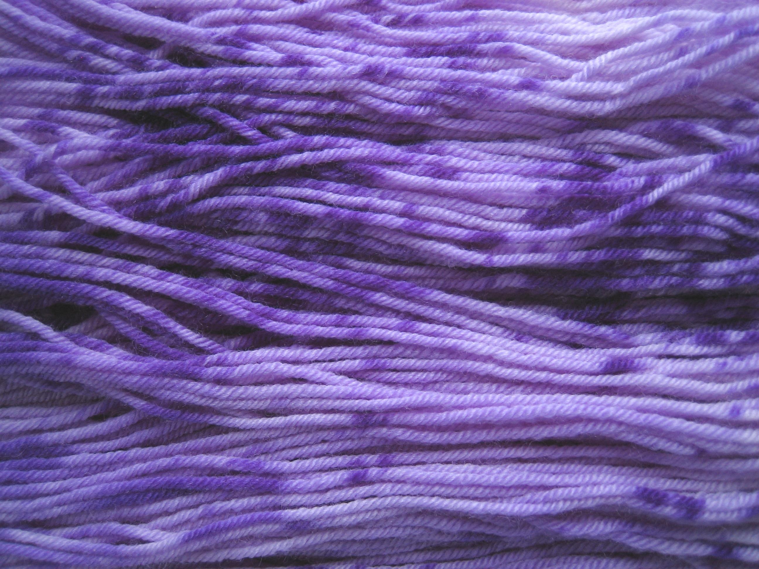 garnyarn-håndfarvet-garn-speckles-tynd-merinould-fingering-baeredygtig-lilla