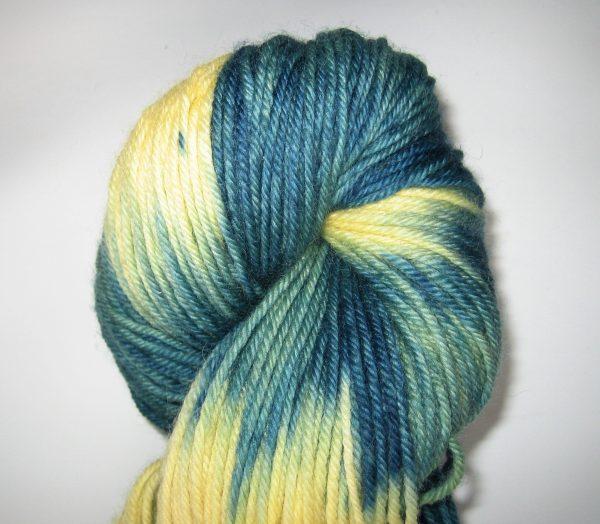 garnyarn-haandfarvet-garn-mellem-polwarth-lustre-uld-superwash-lysegul-havgroen