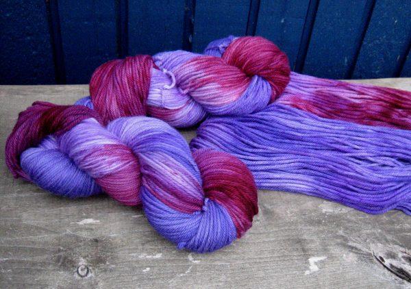 garnyarn-haandfarvet-garn-mellem-merinould-superwash-lilla-blomme