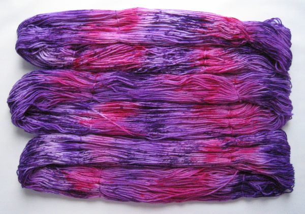 garnyarn-haandfarvet-garn-mellem-merinould-nylon-superwash-stroempegarn-lilla-pink