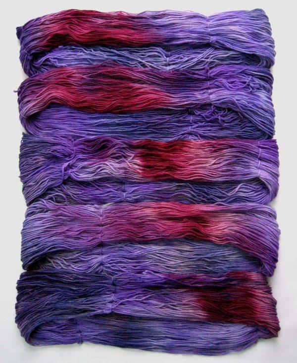 garnyarn-haandfarvet-garn-mellem-polwarth-lustre-uld-superwash-lilla-blomme-marine