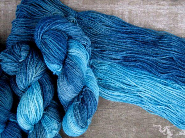 garnyarn-haandfarvet-garn-mellem-merinould-nylon-superwash-stroempegarn-petrolgroen-turkis