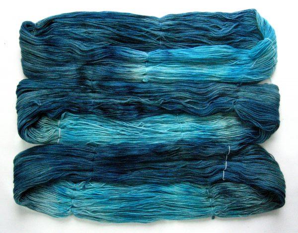 garnyarn-haandfarvet-garn-tynd-merinould-nylon-superwash-stroempegarn-petrolgroen-turkis