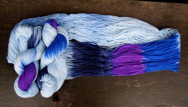 garnyarn-haandfarvet-garn-mellem-merinould-nylon-superwash-stroempegarn-lyseblaa