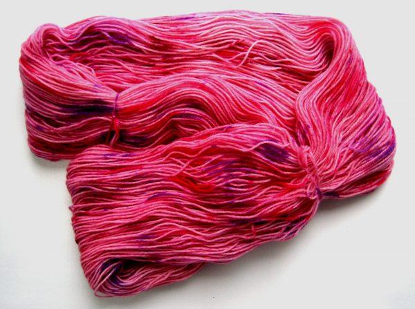 garnyarn-haandfarvet-garn-tynd-merinould-nylon-superwash-stroempegarn-lyseroed-lilla