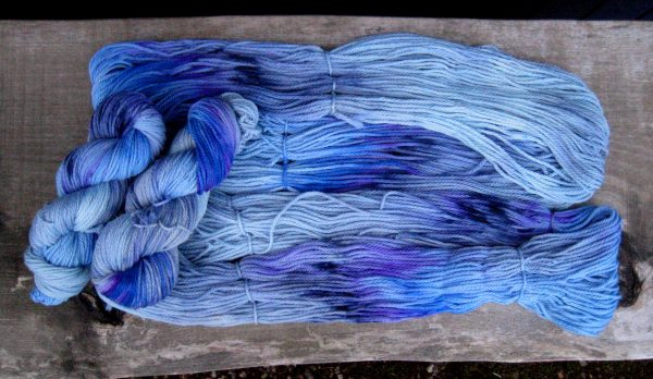 garnyarn-håndfarvet-garn-tyk-merinould-superwash-graablaa-marine-blaa