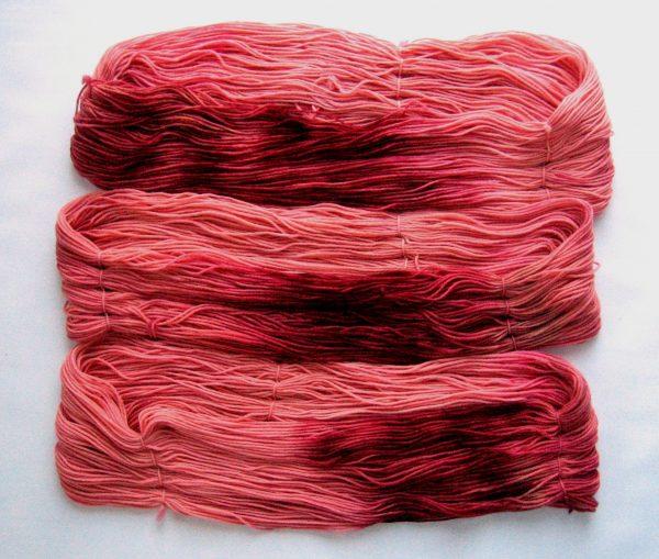 garnyarn-haandfarvet-garn-mellem-polwarth-lustre-uld-superwash-laks-bordeaux