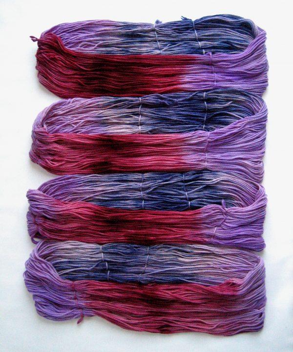 garnyarn-håndfarvet-garn-tyk-merinould-superwash-blomme-marine-lavendel-syren