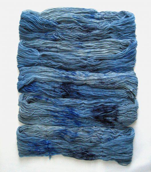 garnyarn-håndfarvet-garn-mellem-merinould-baeredygtig-blaa-jeans