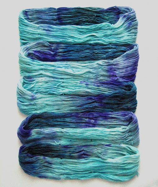 garnyarn-håndfarvet-garn-mellem-merinould-baeredygtig-turkis-blaagroen-lilla