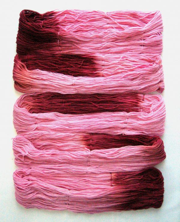 garnyarn-håndfarvet-garn-mellem-merinould-baeredygtig-lyseroed-bordeaux