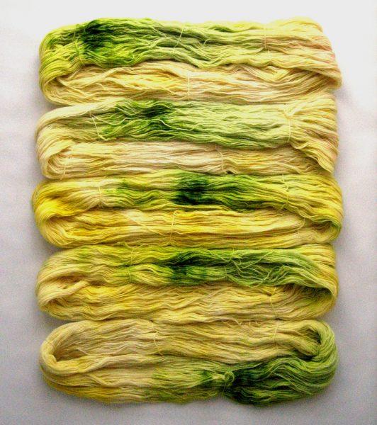garnyarn-håndfarvet-garn-speckles-tynd-merinould-fingering-baeredygtig-gul-groen
