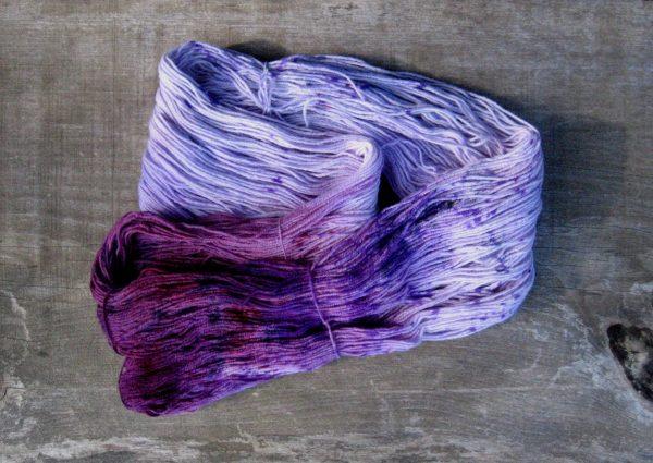 garnyarn-håndfarvet-garn-speckles-tynd-merinould-fingering-baeredygtig-lavendel-lilla-blomme