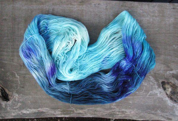 garnyarn-haandfarvet-garn-tynd-polwarth-lustre-uld-superwash-turkis-petrol-lilla