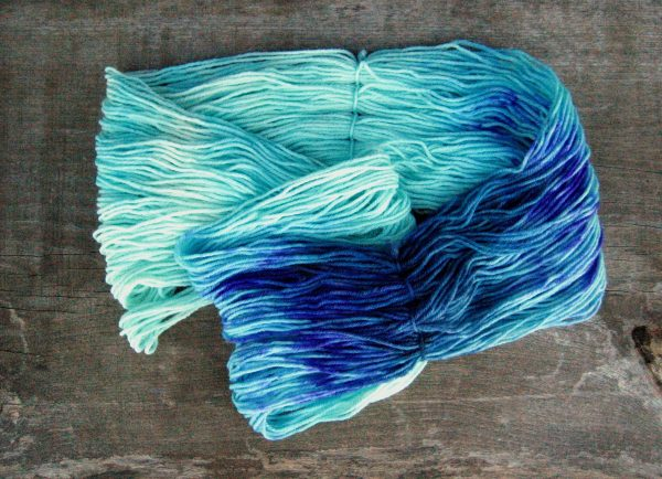 garnyarn-haandfarvet-garn-mellem-polwarth-lustre-uld-superwash-turkis-petrol-lilla