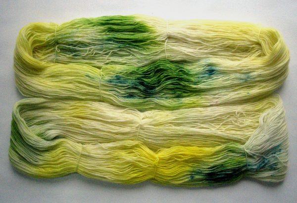 garnyarn-haandfarvet-garn-tynd-merinould-nylon-superwash-stroempegarn-gul-groen