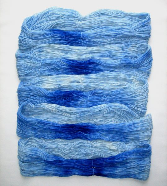 garnyarn-haandfarvet-garn-mellem-polwarth-lustre-uld-superwash-blaa