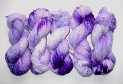 garnyarn-haandfarvet-garn-tynd-polwarth-lustre-uld-superwash-lilla