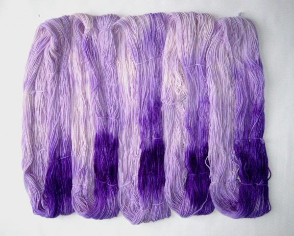 garnyarn-haandfarvet-garn-mellem-polwarth-lustre-uld-superwash-lilla