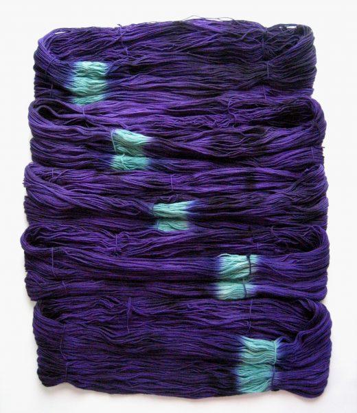 garnyarn-håndfarvet-garn-tynd-merinould-fingering-baeredygtig-lilla-sort-irgroen