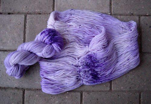 garnyarn-haandfarvet-garn-mellem-merinould-nylon-superwash-stroempegarn-lilla
