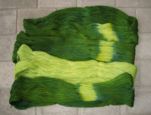 garnyarn-haandfarvet-garn-tynd-polwarth-lustre-uld-superwash-mosgroen-jungle-groen