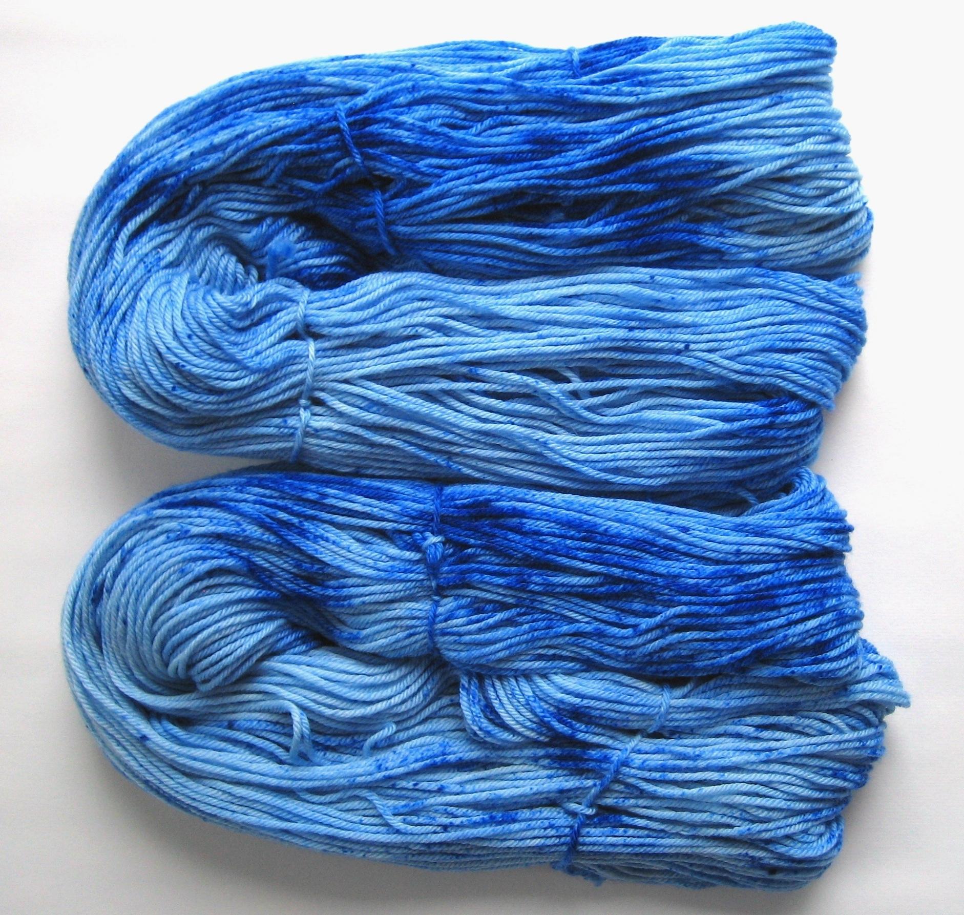 garnyarn-haandfarvet-garn-mellem-merinould-superwash-blaa